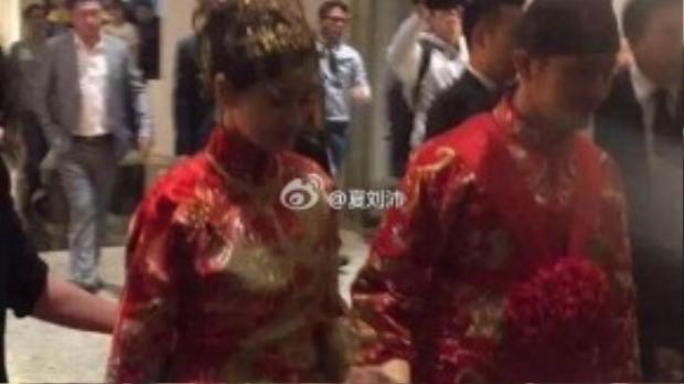 Huỳnh Hiểu Minh nắm tay cô dâu mới.