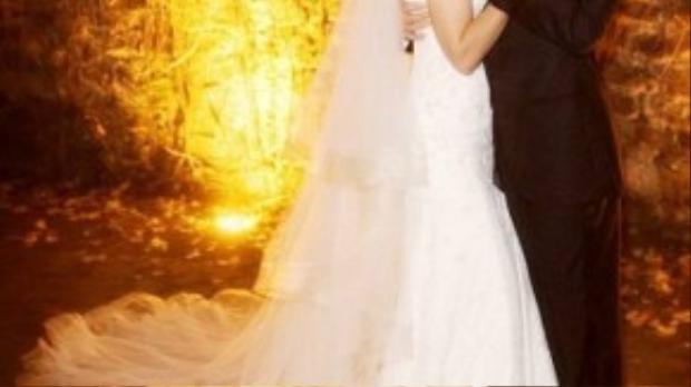 Mãi về sau người ta vẫn còn nuối tiếc về đám cưới của cặp đôi Tom Cruise - Katie Holmes. Trong chiếc váy cưới thương hiệu Giorgio Armani có giá 50.000, cô dâu Katie đẹp rạng ngời với kiểu dáng quây vai gợi cảm và thanh lịch.