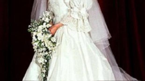 Thời trang là một sự vận động các xu hướng không ngừng, nhưng bộ váy cưới của công nương Diana là một trường hợp ngoại lệ. Trải qua hơn 2 thập kỉ, chiếc váy cưới vẫn được xem là một tuyệt tác của làng thời trang thế giới với chi tiết 10.000 viên ngọc trai được đính tỉ mỉ cầu kì cùng phần đuôi dài 7 mét.