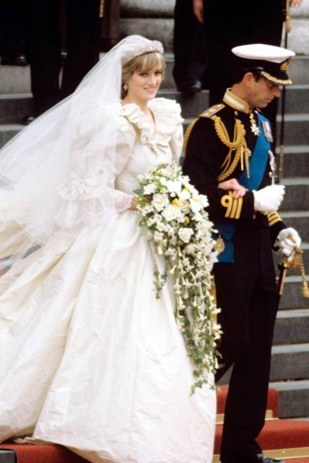 Những bộ váy cưới đẹp như mơ của sao Á  Âu