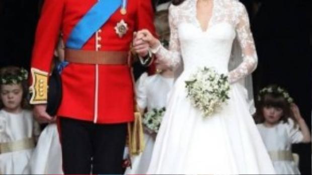 Một trong những bộ váy cưới đẹp nhất của các cô dâu châu Âu phải kể đến váy cưới của công nương Kate Catherin - vợ hoàng tử William. Chiếc váy thuộc thương hiệu Alexander McQueen, với thiết kế dài tay và những đường hoa văn tinh xảo.