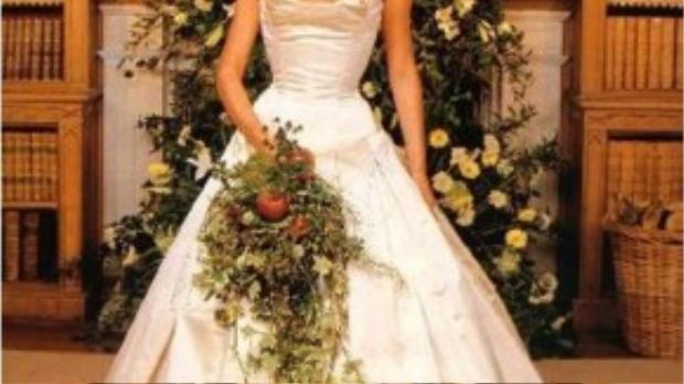 Cũng lựa chọn thương hiệu Vera Wang nhưng chiếc váy cưới của Victoria Beckham có phần đơn giản hơn với chất liệu satin sáng bóng. Ở thời điểm năm 1999, số tiền 100.000 USD cô nàng chi cho một bộ váy cưới có lẽ cũng được xem là không hề nhỏ tí nào.
