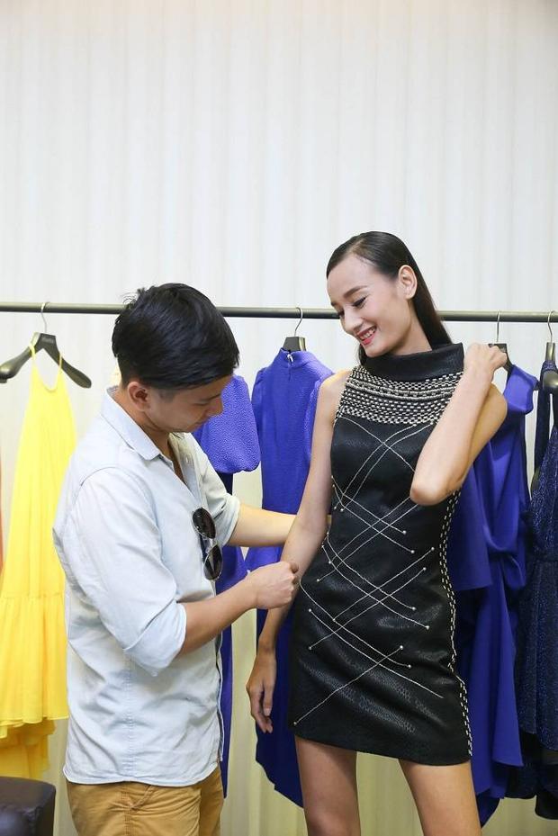 Chồng Lê Thúy ân cần đưa vợ đi thử trang phục