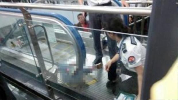 Cậu bé bị kẹt ngay dưới tay vịn của thang cuốn và chết bị nghẹt thở. Lực lượng cứu hộ nhà ga ngay lập tức dừng thang cuốn nhưng không kịp cứu sống đứa trẻ.