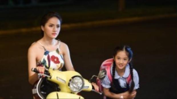 Chắc chắn sự xuất hiện lần này của cô sẽ khiến khán giả ngỡ ngàng bởi một Hương Giang Idol nhẹ nhàng, kiêu sa bên cạnh chị gái là ngọc nữ màn ảnh Việt thập niên 90 - Việt Trinh.