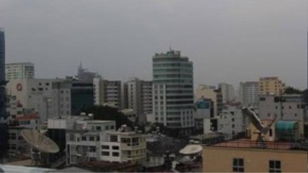 """Sau cơn mưa hiện tượng """"mù khô"""" giảm bớt phần nào. Ảnh chụp lúc 17 giờ ngày 8.10: Phạm Hữu."""