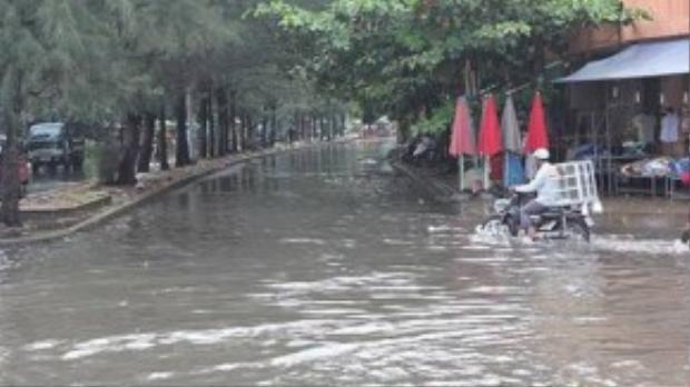 Con đường nhánh cạnh đường kinh Dương Vương cũng không tránh khỏi tình trạng ngập - Ảnh: Phạm Hữu.