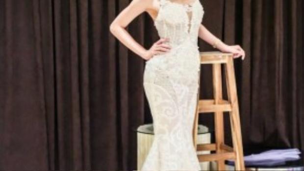 Bộ váy dạ hội khoe dáng chuẩn của người đẹp.