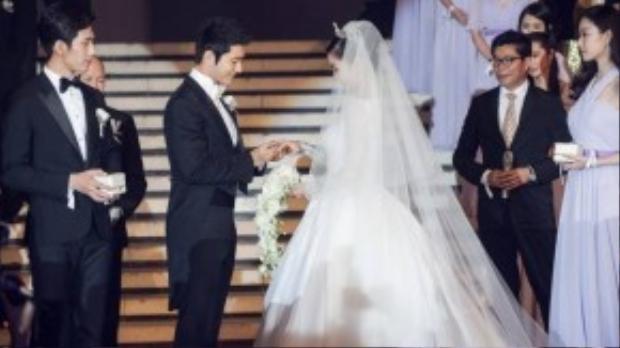 Huỳnh Hiểu Minh trao nhẫn cưới cho Angela Baby.
