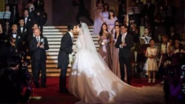 Nụ hôn tình tứ giữa hai người. Đây là giây phút thu hút sự chú ý của đám đông khách mời.