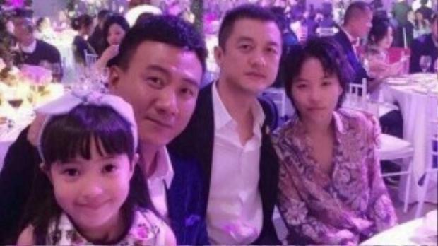 Hồ Quân cùng con gái và Lý Á Bằng bên con gái Vương Phi - Đậu Tĩnh Đồng.