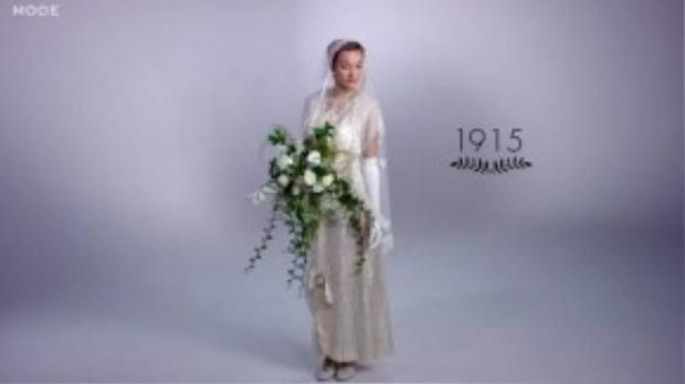 Cuộc hành trình bắt đầu vào năm 1915 khi mạng che mặt được làm từ ren phức tạp , phụ nữ đeo găng tay và mang bó hoa lớn.