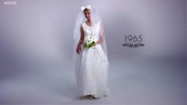 Năm 1965 váy ngắn và tay áo ngắn hơn, hoa đơn sắc cùng tông màu trắng với váy. Trang sức đã bắt đầu được áp dụng trong ngày trọng đại của cô dâu.