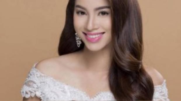 Phạm Hương trang điểm đậm, nhưng với màu son hồng giúp gương mặt cô tươi trẻ hơn