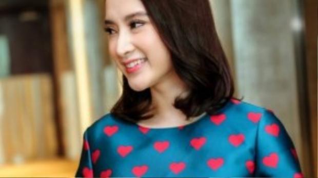 Angela Phương Trinh là người đẹp thứ 4 mặc trang phục váy họatiết trái tim của NTK Đỗ Mạnh Cường.