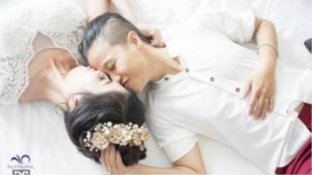 Ban đầu khi liên hệ nhà hàng đặt tiệc cưới thì bị từ chối vì lý do đám cưới đồng tính. Sau đó, một khách sạn trong địa phương đã hỗ trợ cho cặp đôi.