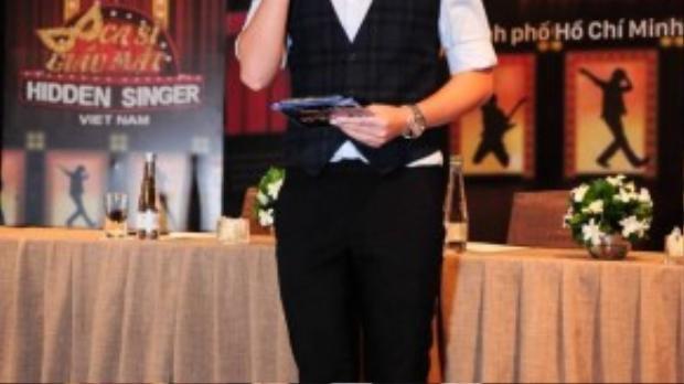 Minh xù đảm nhận vai trò MC trong buổi họp báo.