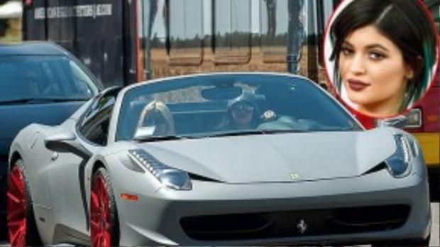 Nhân dịp sinh nhật lần thứ 18 của bạn gái Kylie Jenner, rapper Tyga đã tậu chiếc xế Ferrari 484 Italia sang trọng có giá 320.000 USD để làm quà tặng. Kylie sau đó đã sơn lại chiếc xe với màu xám lì, bánh xe màu đỏ đậm nổi bật.