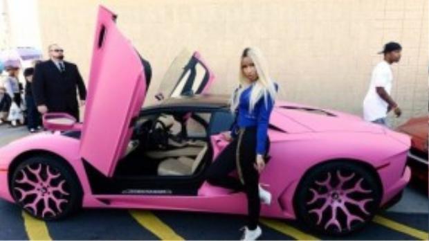 Ngoài Paris Hilton, một sao nữ khác cũng làm điệu với xế hồng là rapper Nicki Minaj. Cô có tới 3 chiếc xe được sơn màu hồng nổi bật là sản phẩm của Lamborghini Aventado, Bentley và Range Rover.