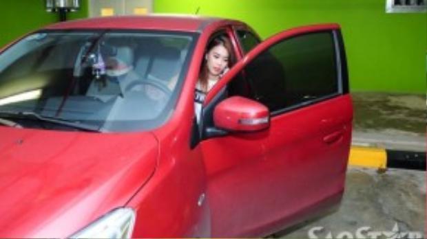Trong lúc đó hotgirl Ngọc Thảo cũng vừa chạy xe đến dự để kịp sự kiện.