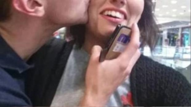 """Ngay cả lúc đi chơi hay thân mật với bạn trai, cô gái cũng không quên selfie để ghi lại khoảnh khắc lãng mạn. Nhưng chính vì sở thích ám ảnh này mà cô không ít lần bị người yêu """"đá""""."""