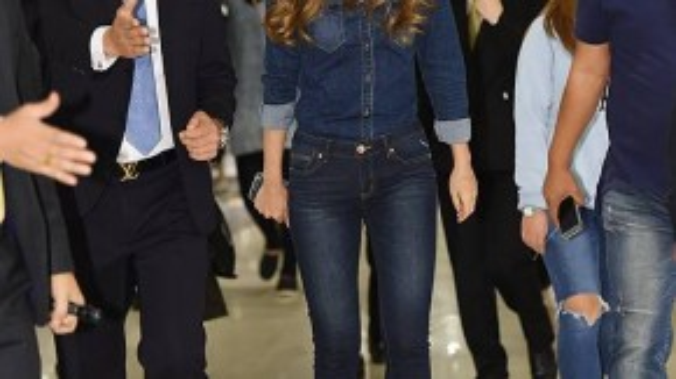"""Hôm 8/10, thành viên Hani của nhóm nhạc EXID tham dự sự kiện của một nhãn hàng thời trang jeans do cô làm người mẫu. Nữ ca sĩ gợi cảm diện """"cây"""" jeans khỏe khoắn và được ê-kíp tháp tùng."""