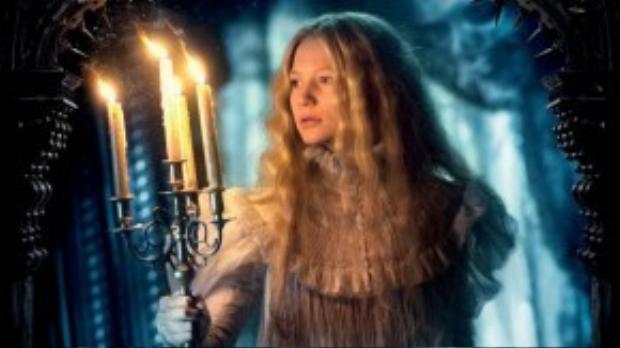 Nữ diễn viên người Úc này từng xuất hiện trong những dự án nổi tiếng khác như Alice in Wonderland, Jane Eyre, The Kids Are All Right.