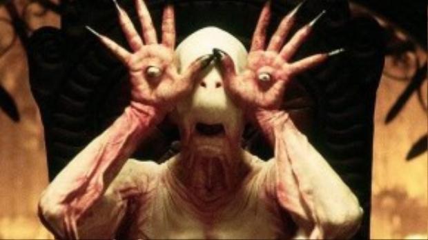 Sự hóa thân của Doug Jones khiến những sinh vật kỳ bí trong phim trở nên đáng sợ hơn.