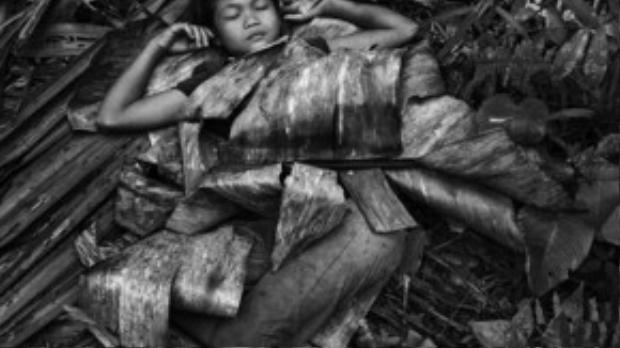 Cô bé gái người Palawan nằm ngủ yên bình trong đám lá chuối. Bộ tộc này không phân biệt nam nữ mà vô cùng cởi mở, hòa hợp với nhau.