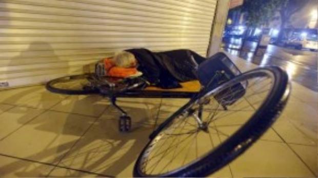 Từ 1h- 4h ngày 10/10, nhiệt độ ngoài trời ở thủ đô Hà Nội khoảng 20 độ C. Thời tiết lạnh hơn khi những cơn mưa nhỏ kèm theo gió liên tục thổi. Tại phố Tràng Thi, nhiều người lao động nghèo không có nơi ngủ, phải qua đêm trên vỉa hè.