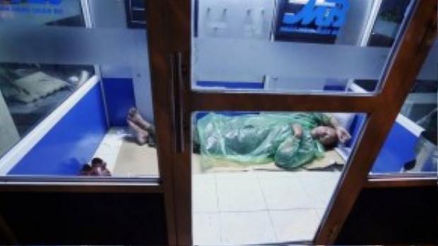 Số khác tìm những nơi chắn gió tốt như trạm ATM để ngủ qua đêm. Họ chủ yếu là những lao động thời vụ đến từ các tỉnh Hưng Yên, Bắc Giang, Thanh Hóa…