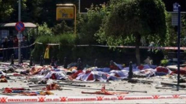 Xác người nằm la liệt sau vụ nổ bom kép được cho là đánh bom cảm tử.