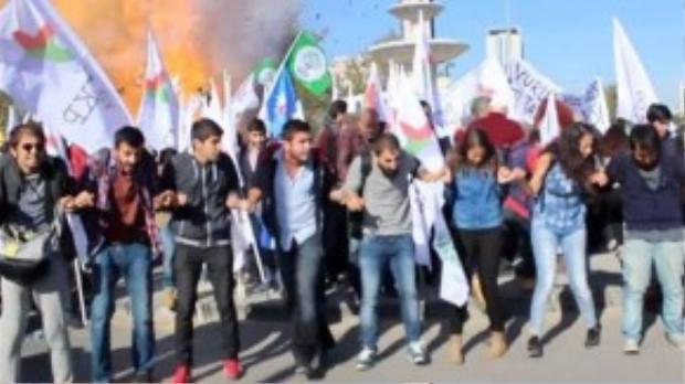 Vụ nổ xảy ra ngay giữa một cuộc biểu tình vì hòa bình ở thủ đô Ankara, Thổ Nhĩ Kỳ.