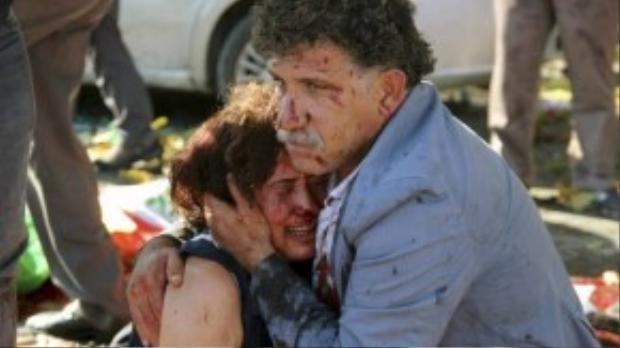 Hai người bị thương may mắn còn sống ôm lấy nhau trong nước mắt.