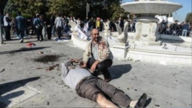 Xác người chết và bị thương nằm la liệt trên đường phố.