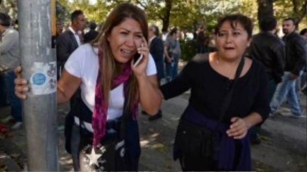 Người nhà các nạn nhân chạy vội đến hiện trường vụ nổ để tìm kiếm người thân.