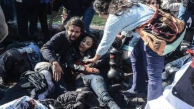 Một người đàn ông ôm xác người bạn gái đã chết vì sức ép của vụ nổ.