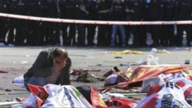 Người người than khóc trên xác các nạn nhân xấu số.