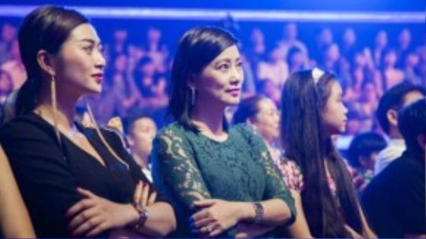 Thanh Trúc ngồi ở hàng ghế khán giả theo dõi những màn hóa thân đầy hài hước của Khương Ngọc trong chương trình Gương mặt thân quen.