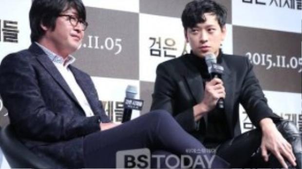 Kang Dong Won xuất thân từ gia đình danh giá, giàu có nhưng tự lực khi tham gia showbiz. Mỹ nam sinh năm 1981 lặng lẽ đóng phim, không dự nhiều sự kiện giải trí khác để hâm nóng tên tuổi. Trong năm 2015, Kang Dong Won có tới 3 bộ phim, trong đó có 2 tác phẩm điện ảnh.