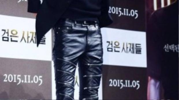 Kang Dong Won gây chú ý khi trang phục cây đen với áo vest và quần da bóng nổi bật. Dưới lớp vải da bóng, phần nhạy cảm của Kang Dong Won bị phồng lên. Nam diễn viên còn tô son hồng dễ nhận ra.