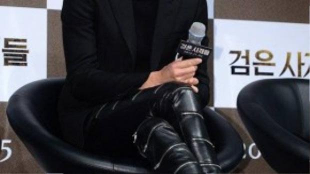 Dù chiều cao hơn 1,8 m ấn tượng nhưng Kang Dong Won bị phát hiện đi giày da mũi nhọn, cao gót.