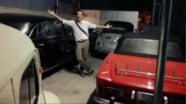 Ken Descor bên dàn xe ô tô cổ.