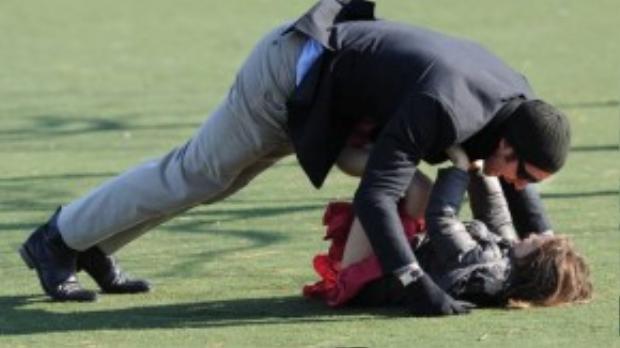 Hugh Jackman trong khoảnh khắc chơi đá bóng với con gái.