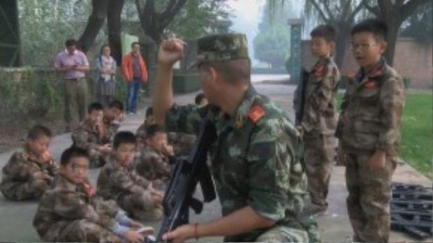 Theo RT, khóa huấn luyện quân sự này được mở ra tại một trại quân đội ở quận Tây Thành, Bắc Kinh (Trung Quốc) với mục đích giúp giới trẻ bỏ đi thói chơi game cũng như xài điện thoại vô tội vạ.