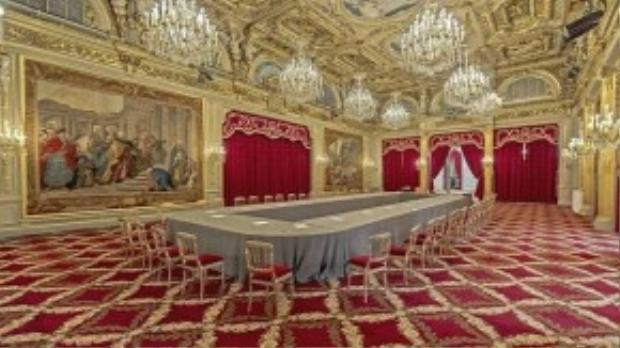 Cung điện này được xây dựng từ năm 1722 với nội thất sang trọng, dát vàng lộng lẫy. Salle des Fêtes (hay sảnh lễ hội) là nơi tổ chức các cuộc họp và bữa tiệc.