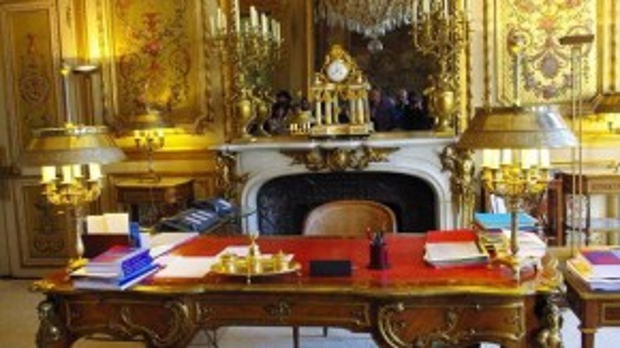 """Văn phòng của tổng thống có tên Salon Doré hay còn gọi là """"phòng vàng"""" do những họa tiết dát vàng trên tường, cửa, bàn ghế."""