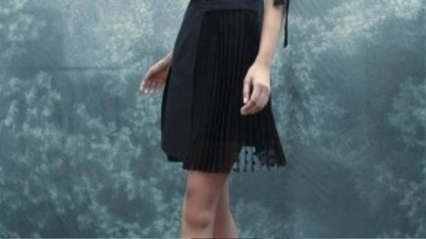 Chất liệu mềm mại được Tú chọn thiết kế khiến bộ trang phục quyến rũ và hút hồn hơn.