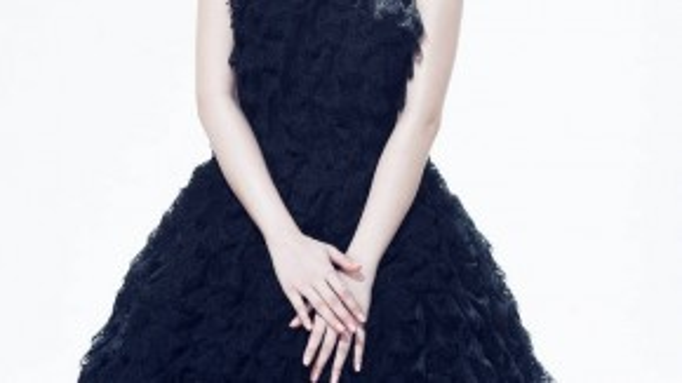 Angela Phương Trinh quý phái với chiếc váy bằng chất liệu ren lưới xếp nhiều tầng.