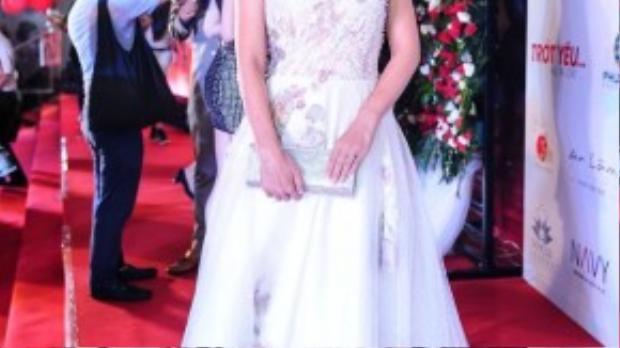 Việt Trinh xuất hiện lộng lẫy và xinh đẹp với chiếc váy dài màu trắng.